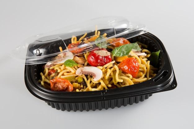 Jedzenie Lo Mein Z Chińskiego Pudełka Na Wynos Premium Zdjęcia