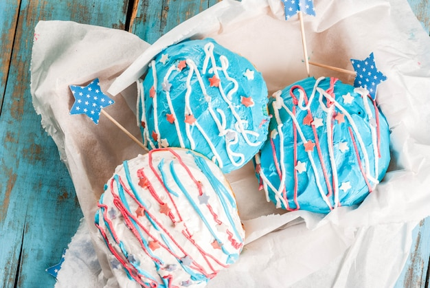 Jedzenie Na Dzień Niepodległości. 4 Lipca. Tradycyjne Amerykańskie Pączki Z Polewą W Kolorach Flagi Usa Premium Zdjęcia