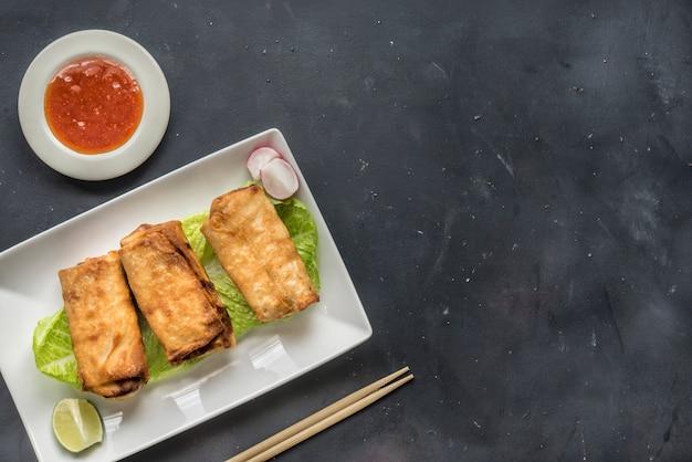 Jedzenie Smażone Chińskie Tradycyjne Sajgonki Premium Zdjęcia