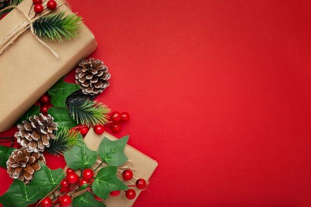 Jemioła, Szyszki I Prezenty świąteczne Na Czerwonym Stole Darmowe Zdjęcia