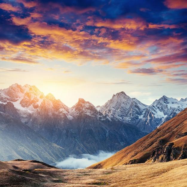 Jesień Krajobraz I Ośnieżone Górskie Szczyty. Fantastyczny Zachód Słońca Premium Zdjęcia