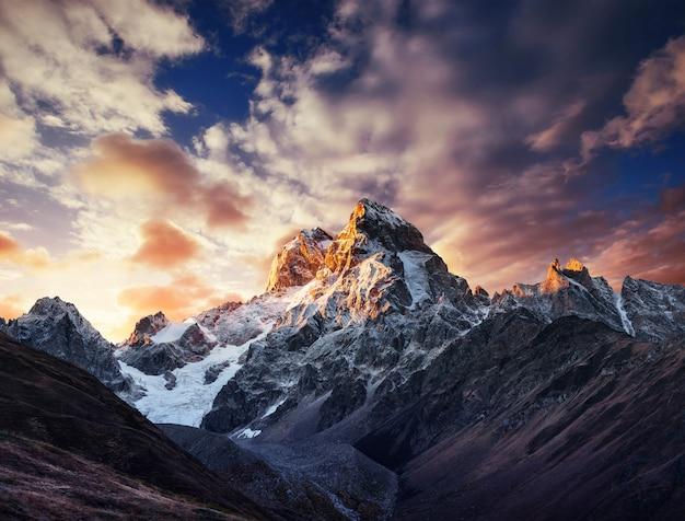 Jesień Krajobraz I śnieg Góry W Pięknych Chmurach Cumulus. Premium Zdjęcia