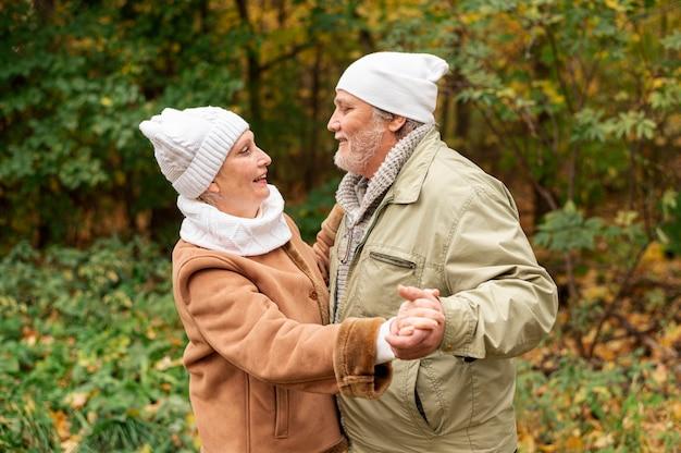 Jesień miłości taniec z starszą parą Darmowe Zdjęcia