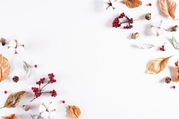 Jesień skład na białym tle. leżał płasko, widok z góry. Premium Zdjęcia