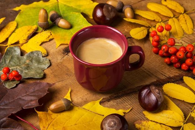 Jesień, Spadków Liście, Gorąca Parująca Filiżanka Kawy Na Drewnianym Stołowym Niedziela Rano Kawowy Relaksujący I Wciąż życia Pojęciu. Premium Zdjęcia