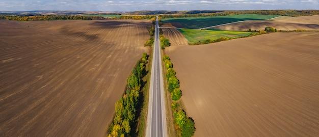 Jesieni powietrznej wsi śródpolny ukraiński lanscape z chmurami a Premium Zdjęcia