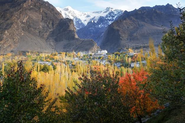 Jesieni Scena W Karimabad Z Górami W Tle. Dolina Hunza, Pakistan. Premium Zdjęcia