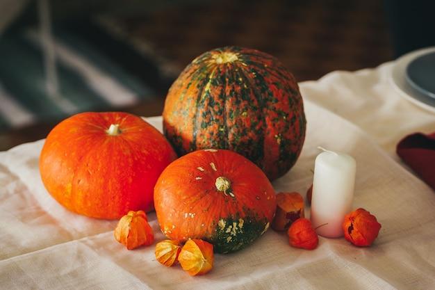 Jesieni tło z dyni zakończeniem up na stole Premium Zdjęcia