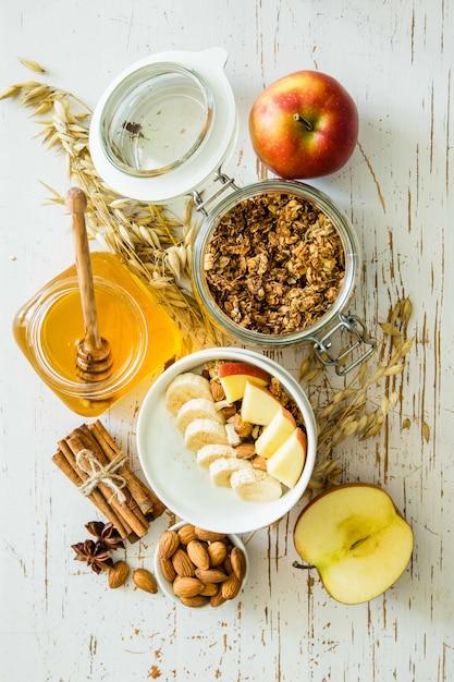 Jesienna granola z bananowymi jabłkami i migdałami Premium Zdjęcia