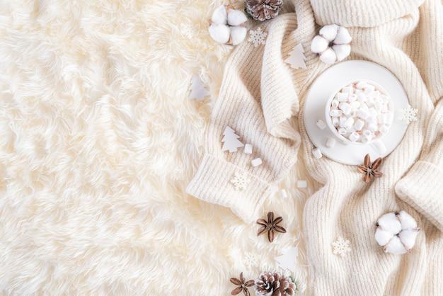 Jesienna Lub Zimowa Kompozycja Na Kremowym Kolorze Szarym Premium Zdjęcia