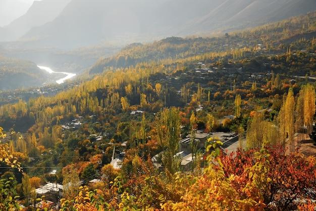 Jesienna Scena Doliny Hunza Rano. Gilgit-baltistan, Pakistan. Premium Zdjęcia