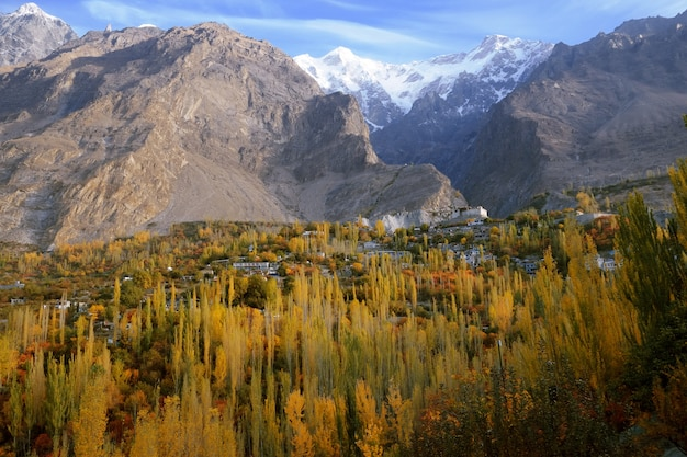 Jesienna Scena W Dolinie Hunza. Karimabad, Gilgit-baltistan, Pakistan Premium Zdjęcia