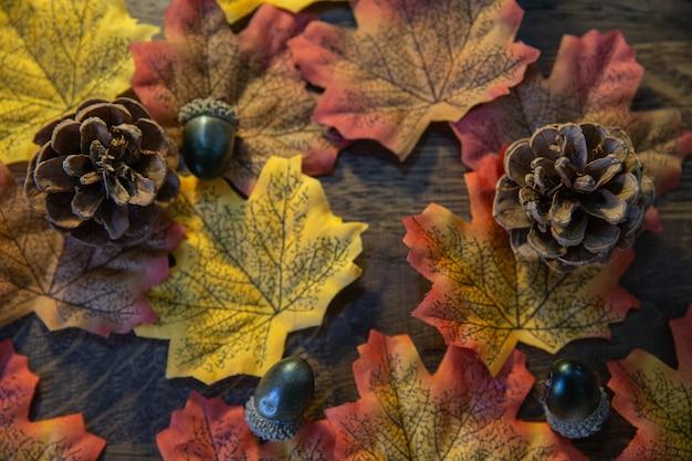 Jesienne Elementy, Takie Jak Liście, żołędzie I Szyszka Na Drewnie Premium Zdjęcia