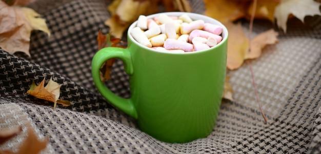 Jesienne Liście I Gorąca Parująca Filiżanka Kawy Premium Zdjęcia