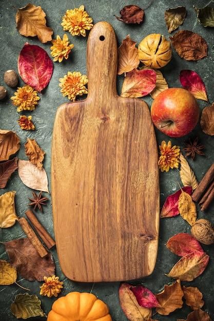 Jesienne liście, owoce i przyprawy na zielonym tle vintage Premium Zdjęcia