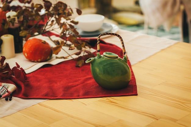 Jesienne nakrycie stołu dziękczynienia w świątecznym stylu Premium Zdjęcia