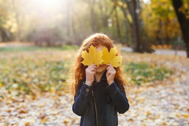 Jesienne Wibracje, Portret Dziecka. Urocze I Czerwone Włosy Dziewczynki Wygląda Szczęśliwy Chodzenia I Gry Na T Darmowe Zdjęcia