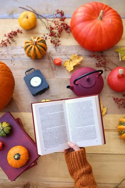 Jesienny czas. jesienne czytanie książek. Premium Zdjęcia