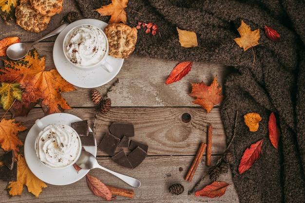 Jesienny Dzień, Filiżanka Smacznej Kawy Na Drewnianym Tle. Sezonowa, Poranna Kawa, Niedzielny Relaks I Martwa Natura. Z Miejsca Na Kopię. Premium Zdjęcia