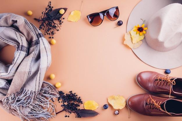 Jesienny strój kobiecy. zestaw ubrań, butów i akcesoriów. kopiuj Premium Zdjęcia