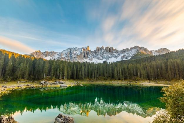 Jeziorny carezza lub karersee przy zmierzchu tłem Premium Zdjęcia