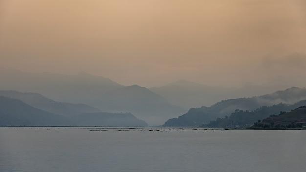 Jeziorny Fewa Z Chmurną Sceną, Pokhara, Nepal Premium Zdjęcia