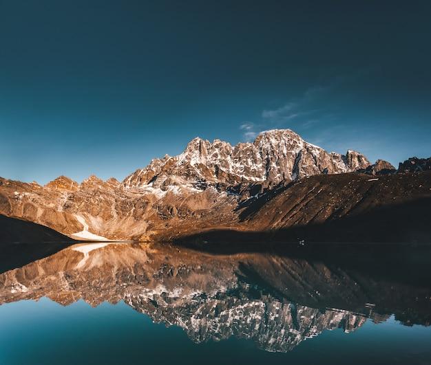 Jezioro Gokyo Na Tle Gór Himalajów. Premium Zdjęcia