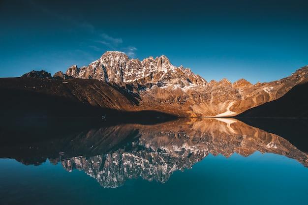 Jezioro Gokyo W Himalajach Premium Zdjęcia