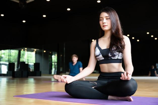 Joga ćwicz ćwiczenia na siłowni Premium Zdjęcia