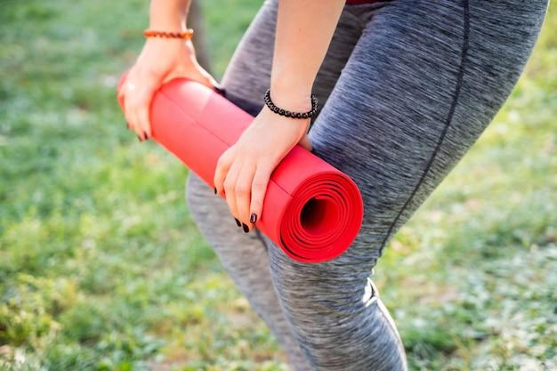 Joga Fitness Dziewczyna Robi ćwiczenia Na Zewnątrz Trawy Premium Zdjęcia