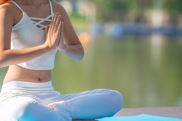 Joga Kobiety Medytacja Obok Rzeki. Premium Zdjęcia