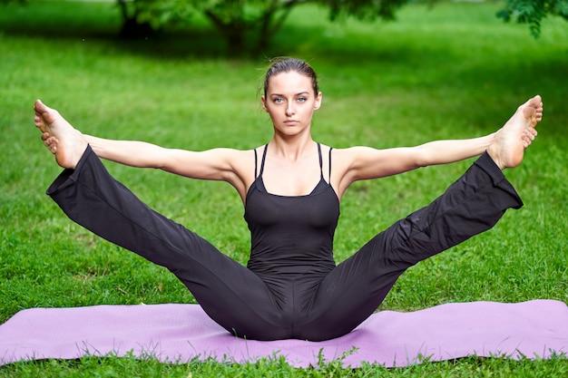 Joga. Młoda Kobieta ćwiczy Joga Medytację W Naturze Przy Parkiem. Pojęcie Zdrowego Stylu życia Premium Zdjęcia