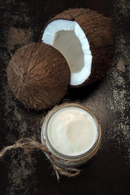 Jogurt Kokosowy I Kokos. Wegański Jogurt. Dieta Ketonowa. Premium Zdjęcia