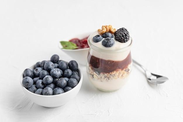 Jogurt O Wysokim Kącie Z Jagodami, Dżemem I Owsem Darmowe Zdjęcia