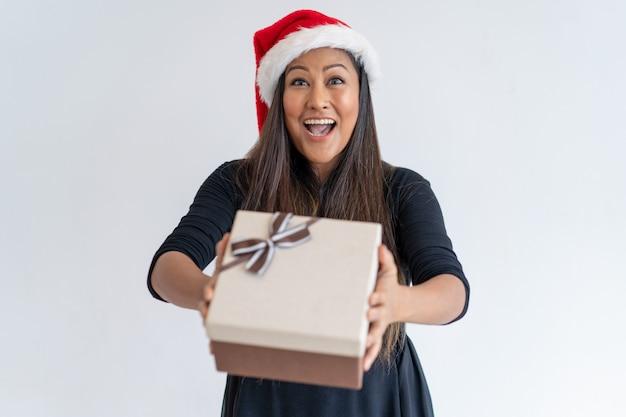 Jolly christmas dama dając prezent Darmowe Zdjęcia