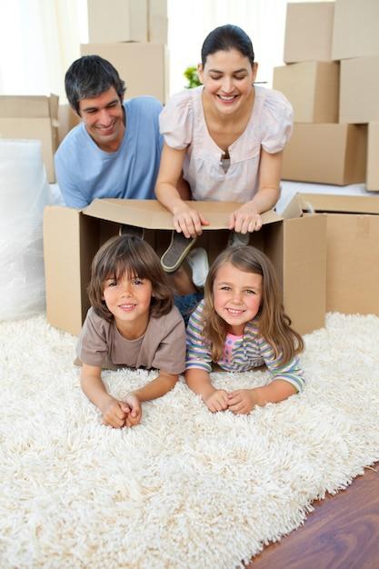 Jolly Rodzina Bawi Się Pudełkami Premium Zdjęcia