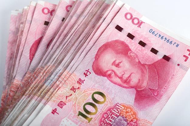 Juan Chiński Pieniądze Rmb Na Bielu Premium Zdjęcia