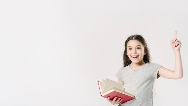 Junior stojący z książką podekscytowany Darmowe Zdjęcia