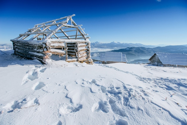 Kabina W Górach W Zimie Premium Zdjęcia