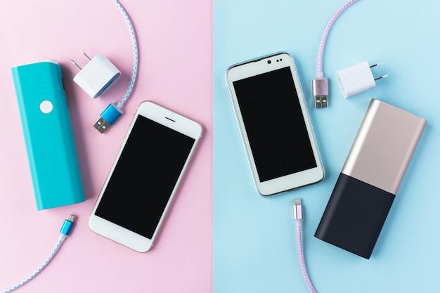 Kable do ładowania usb do smartfona i tabletu w widoku z góry Premium Zdjęcia
