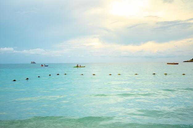 Kajakarz wiosłuje kajakiem po morzu Premium Zdjęcia