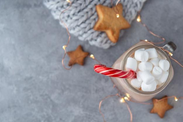 Kakao Z Piankami I Trzciny Cukrowej Na Szarym Tle Z Ciasteczkami I Dzianinowym Szalikiem Z Girlandami. Premium Zdjęcia