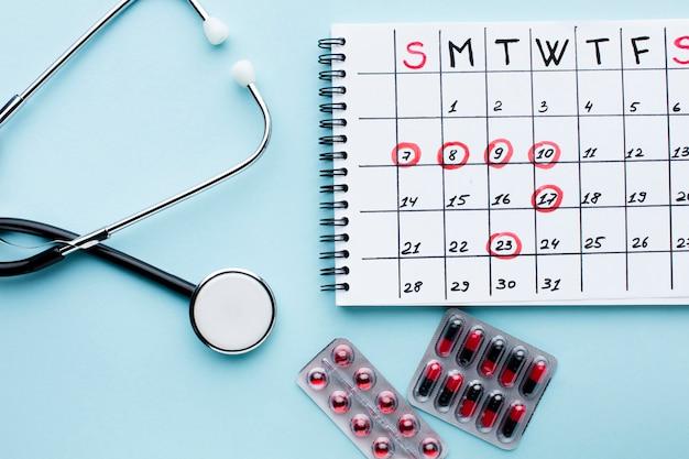 Kalendarz Leczenia Z Stetoskopem I Pigułkami Darmowe Zdjęcia