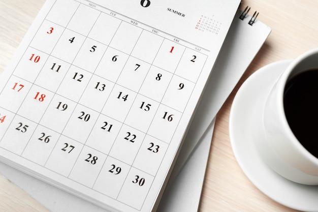 Kalendarz na drewnianym stole Premium Zdjęcia