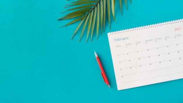 Kalendarz Planera Widok Z Góry Z Liśćmi Darmowe Zdjęcia