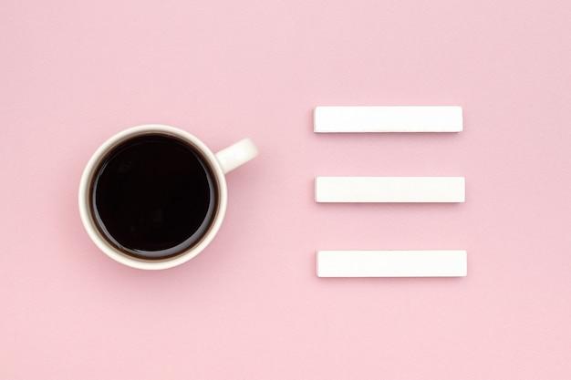 Kalendarz trzech pustych kostek sporządź makietę na swoją datę kalendarzową, filiżankę kawy Premium Zdjęcia