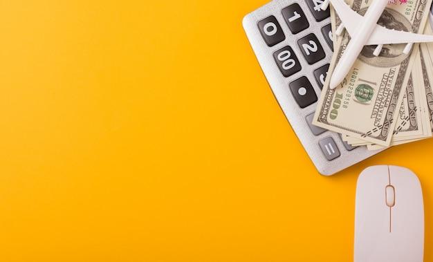 Kalkulator, Samolot Zabawka, Rachunki Za Myszy I Dolary Premium Zdjęcia