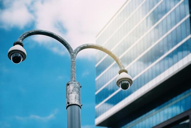 Kamera Bezpieczeństwa Z Szklanym Budynkiem Na Tle Premium Zdjęcia
