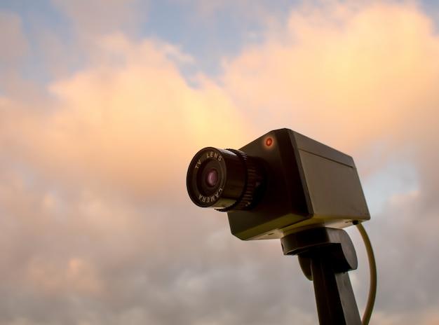 Kamera Cctv Plenerowa Z Niebem I Chmurą Premium Zdjęcia