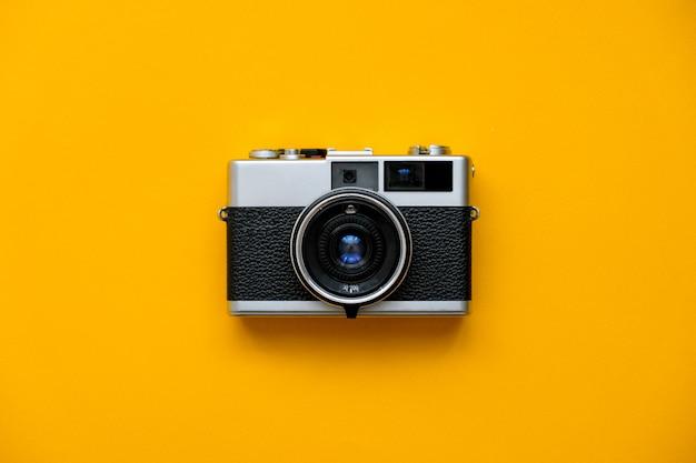 Kamera filmowa moda na żółto Premium Zdjęcia